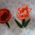 カニカマのお花&小梅のバラ – お弁当箱を彩るカワイイお花の飾り切り♪